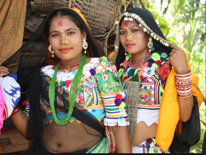परम्परागत पहिरन बनाउन सिक्दै राना थारु युवती (तस्बिर;रासस )