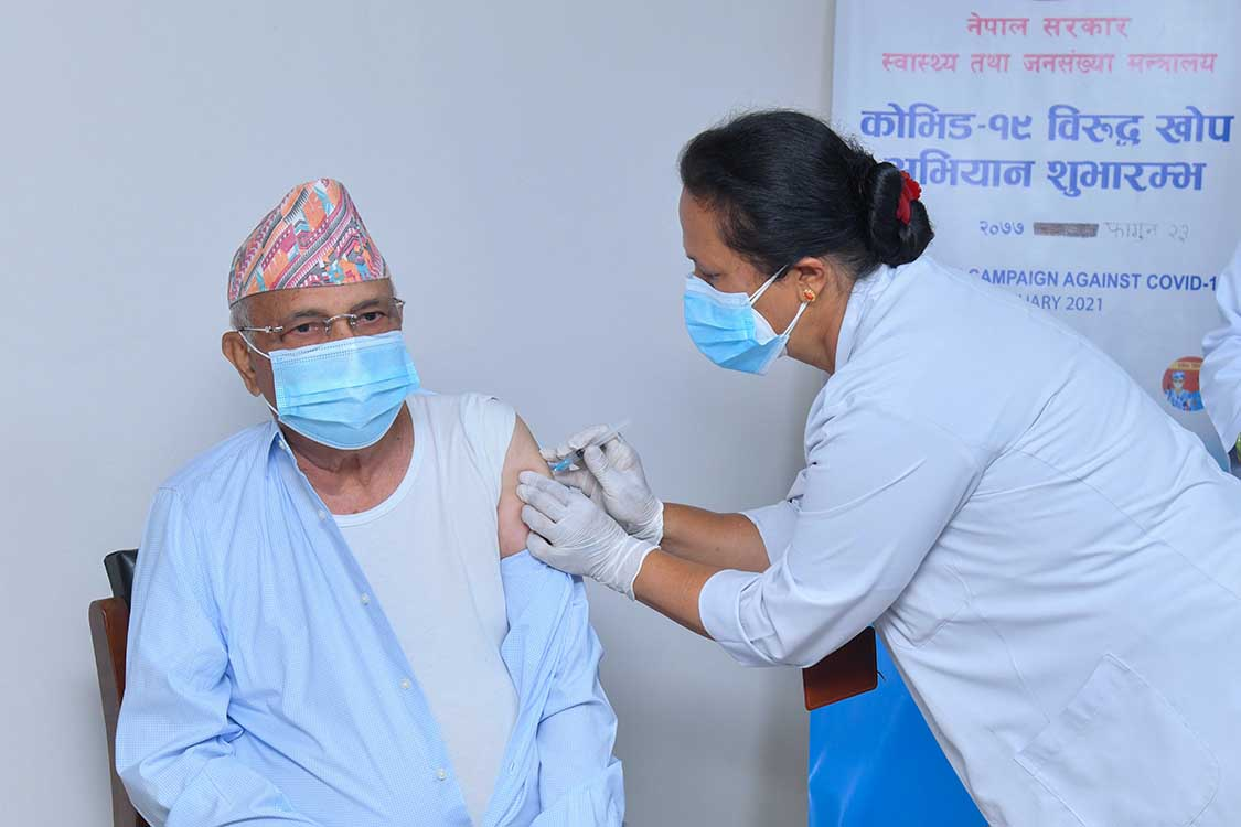 आईतवार शिक्षण अस्पतालमा कोरोना भाईरसविरुद खोप लगाउदै प्रधानमन्त्री केपी शर्मा ओली ।तस्बिर ;प्रधानमन्त्रीको सचिवालय</a>