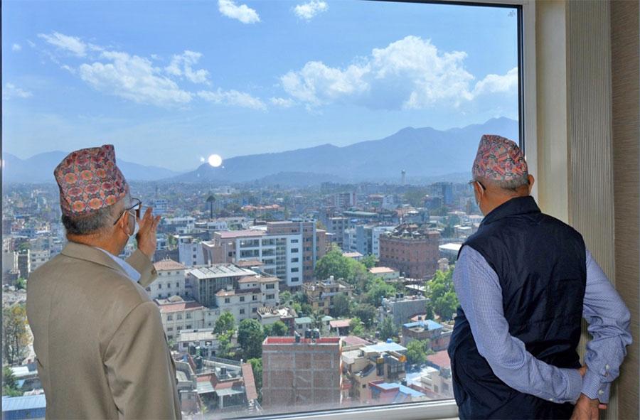 धरहरा हेर्दै ओली र नेपाल